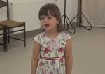 Timike angol gyerekdalokat énekel